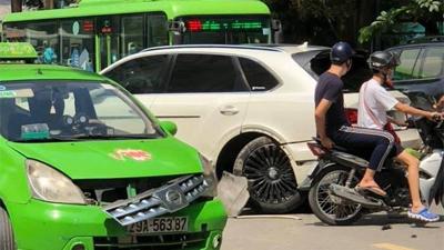 Tài xế tung clip 'bóc' lỗi sai vụ siêu xe Bentley Bentayga va chạm taxi trên phố Hà Nội
