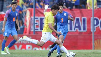 'Xấu hổ quá, cầu thủ Thái Lan nên mặc váy thi đấu'