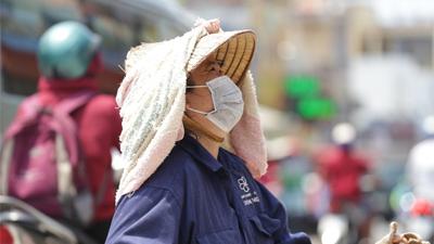 Miền Bắc nắng nóng kinh hoàng, thời tiết oi bức kéo dài suốt cả ngày, có nơi vượt ngưỡng 40 độ C