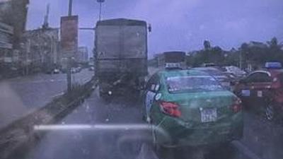Clip: Khoảnh khắc ô tô lao như tên bắn, tông nhiều xe dừng đèn đỏ trên phố Hà Nội