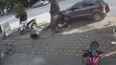 Clip: Xe ô tô húc văng 2 mẹ con đi xe máy rồi đập đầu xuống đất khiến người xem sợ hãi