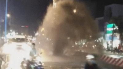 Nước đục ngầu phun cao như vòi rồng giữa đường phố Sài Gòn, nhiều người liều lĩnh chạy xe máy vượt qua