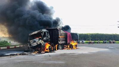 Xe ben và xe bồn chở dầu bốc cháy sau va chạm kinh hoàng, 2 cha con tử vong