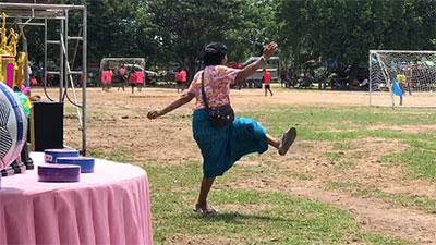 Bà nội chất nhất quả đất: U60 vẫn 'cong mông' chạy dọc sân cổ vũ cháu trai đá bóng, nhìn dáng bà mà cư dân mạng không nhịn được cười