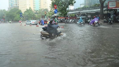 Hà Nội: Nhiều tuyến phố trung tâm bất ngờ ngập nặng, người dân vật lộn giữa 'biển' nước