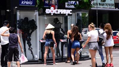 Giới trẻ Sài thành xôn xao bởi sự xuất hiện của mannequin khoác bụi lên người ở phố đi bộ Nguyễn Huệ