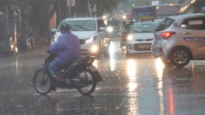 Clip: Mưa giông gió lốc trên đường phố Hà Nội, mạnh đến mức có thể cuốn phăng ý chí làm việc của bạn