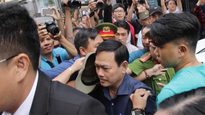 Xử sơ thẩm lần 2 vụ dâm ô bé gái trong thang máy: Ông Nguyễn Hữu Linh bình tĩnh tiến vào toà