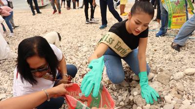 Hoa hậu Phương Khánh lặn biển nhặt rác tại Miss Earth 2019