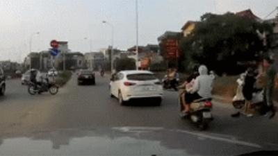 Xôn xao cảnh chồng thẳng tay tát liên tiếp vào mặt vợ đang mang bầu giữa đường phố Hà Nội trong ngày 20/10
