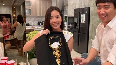 Trấn Thành tặng sinh nhật hoa hậu Thu Hoài vòng cổ 73 triệu, Hari Won ghen tị 'ra mặt'