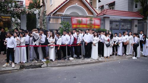 'Biệt đội' áo dài trắng đổ bộ nhà cô dâu Đông Nhi trước giờ G