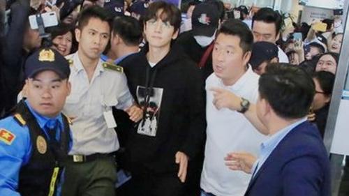 Sân bay Nội Bài 'vỡ trận' khi chào đón Ji Chang Wook - Lee Kwang Soo hạ cánh tham dự 'AAA 2019'