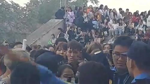 AAA 2019 gây sốc: Chờ cả ngày mệt mỏi, nhiều fan Việt xô đẩy hàng rào, to tiếng với lực lượng an ninh