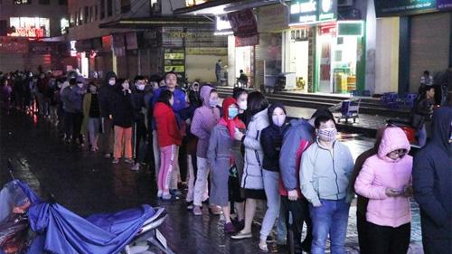 Gần nửa đêm, hàng trăm người dân chung cư Linh Đàm vẫn đội mưa xếp hàng cả tiếng chỉ để mua được một hộp khẩu trang giữa dịch virus corona