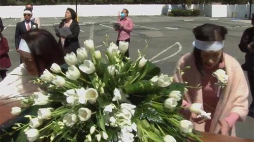 Lễ tang danh ca Thái Thanh: Ý Lan bật khóc, gục bên quan tài mẹ