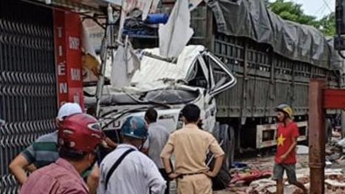 Kinh hoàng xe tải tông sập 4 ngôi nhà lúc rạng sáng, người đang ngủ thoát chết trong gang tấc