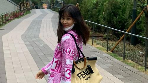Sau bê bối 'gái gọi' của chồng, bà xã Jang Dong Gun ngày càng trẻ trung, nhuận sắc