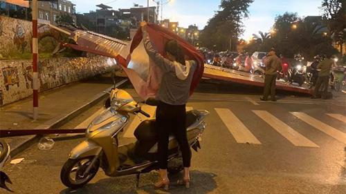 Hà Nội: Cơn giông thổi bay biển quảng cáo xuống lòng đường, nhiều người may mắn kịp bỏ xe máy chạy thoát thân