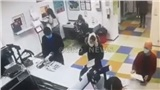 Người phụ nữ đội quần lót lên đầu khi bị yêu cầu đeo khẩu trang
