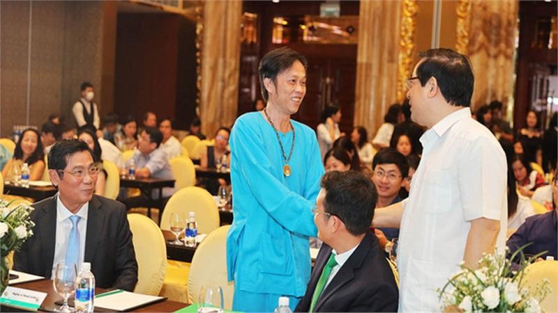 Nghệ sĩ Hoài Linh mặc đồ bà ba xuất hiện tại khách sạn sang trọng