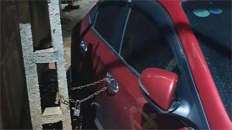 Đỗ ô tô ngay giữa đường làng, chủ xe nhận món quà không ngờ từ vị khách lạ