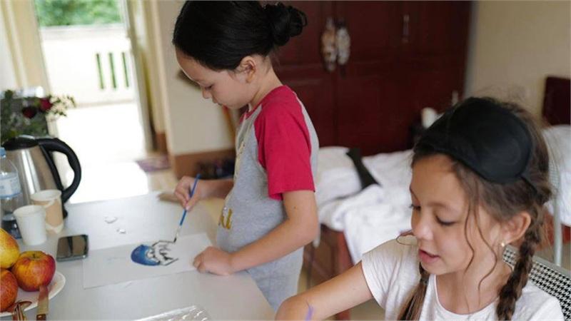 Hai nhóc tì nhà Hồng Nhung vui vẻ vẻ tranh khu cách ly: Bình yên, trong trẻo lắm