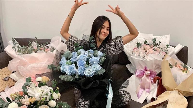 Rạng rỡ đón tuổi 20, Hoa hậu Tiểu Vy hạnh phúc khoe căn phòng ngập tràn hoa
