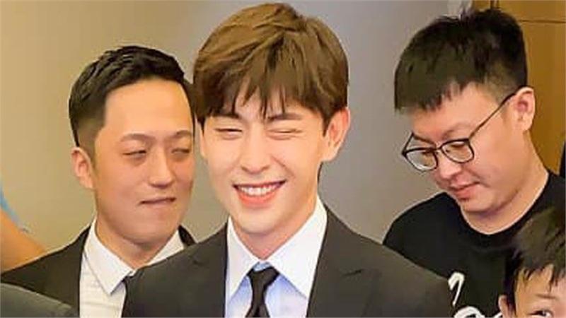 Lên 'hot search weibo' vì làm phù rể lần thứ 4, Đặng Luân chính là chàng trai dùng cả thanh xuân đi đám cưới