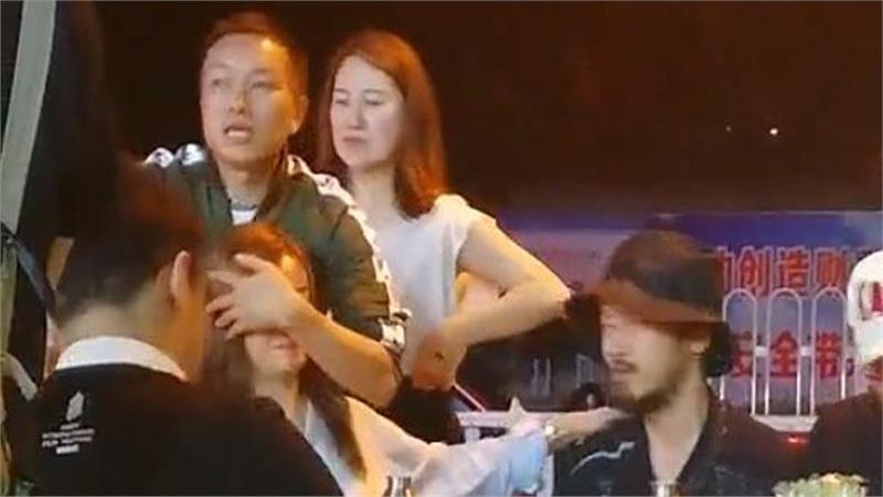 Đang ngồi ăn uống nói chuyện với bạn bè, Triệu Vy sốc khi bỗng dưng bị một người đàn ông ôm chầm cả khuôn mặt