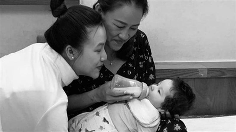 Á hậu Hoàng Oanh cảm thán 'làm mẹ mệt quá mẹ ơi' sau ít tháng sinh con đầu lòng