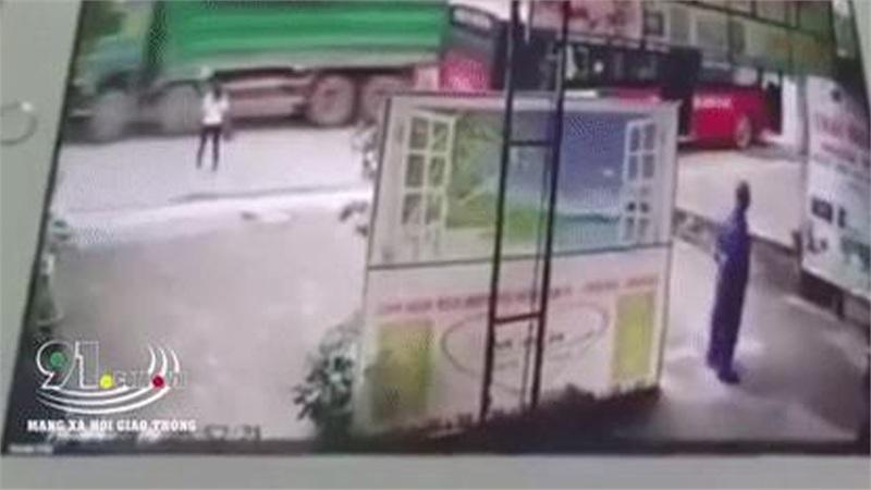 Đau lòng khoảnh khắc người mẹ ngất lịm khi chứng kiến con gái bị 'xe hổ vồ' tông trực diện tử vong tại chỗ