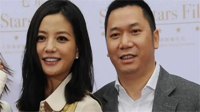 Hôn nhân giữa Triệu Vy và chồng đã kết thúc bằng một bản 'thỏa thuận ngầm', chính Huỳnh Hữu Long là người tiết lộ chuyện vợ sống chung với trai trẻ?