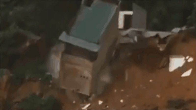 Cộng đồng mạng chia sẻ hàng loạt video ngay tại vùng bão lũ miền Trung khiến ai cũng xót xa