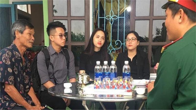 Hương Giang và Matt Liu âm thầm tới lễ tang các chiến sĩ ở Rào Trăng 3
