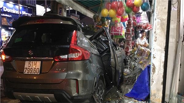 Ô tô 'điên' tông nhiều xe máy trên đường phố Sài Gòn rồi lao vào nhà dân