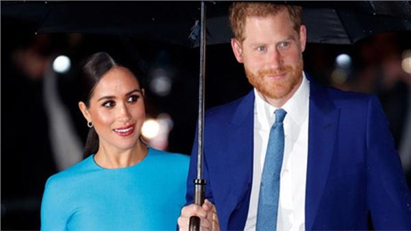 Vợ chồng Meghan Markle và hoàng gia Anh lên tiếng phản hồi về thông tin cặp đôi qua mặt Nữ hoàng để chuyển nhượng dinh thự cho vợ chồng công chúa