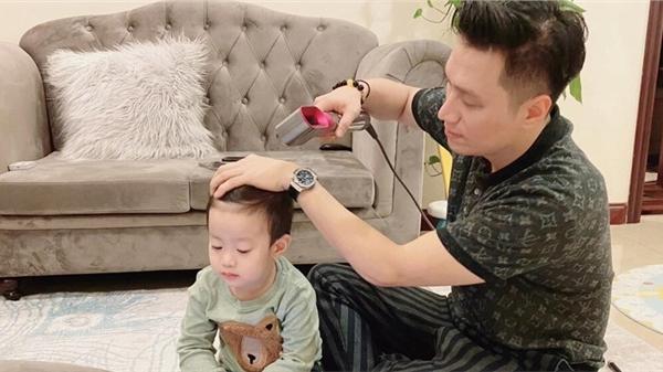 Từng căng thẳng hậu ly hôn, nay Việt Anh đã thoải mái qua nhà vợ cũ phụ chăm con trai