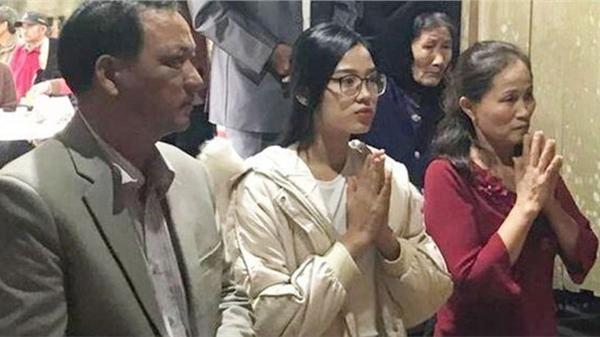 Tân Hoa hậu Đỗ Thị Hà lộ ảnh để mặt mộc, lại đeo cả kính cận