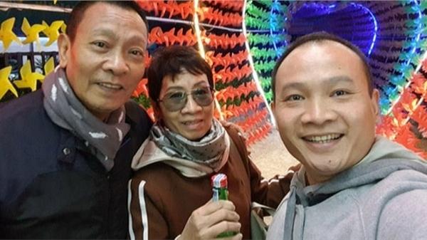 Nhà báo Lại Văn Sâm chụp ảnh một nhà ba người, bà xã hiếm hoi lắm mới lộ diện một lần lại gây chú ý