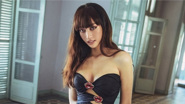 Mấy ai tự tin như Hoa hậu Lương Thùy Linh, đi chân trần không giày cao gót mặc đầm 'khoét trên xẻ dưới' sexy nhất từ trước đến nay