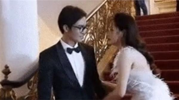 Phản ứng của Chi Pu bị bạn trai của Nam Em ôm eo trên thảm đỏ