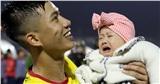 Phan Văn Đức khiến con gái khóc oà, biểu cảm đáng yêu khi bế em bé