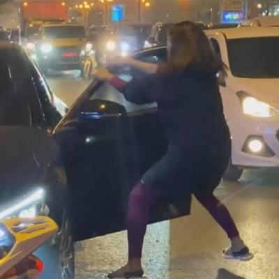 Xôn xao clip bạn thân cướp chồng, vợ chặn đầu Mercedes đánh ghen gây náo loạn đường phố Hà Nội