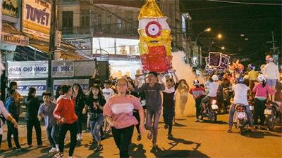 Trung thu của học sinh phố núi Kon Tum: Tụ họp 'chạy đèn', hô vang tên lớp náo nhiệt cả xóm