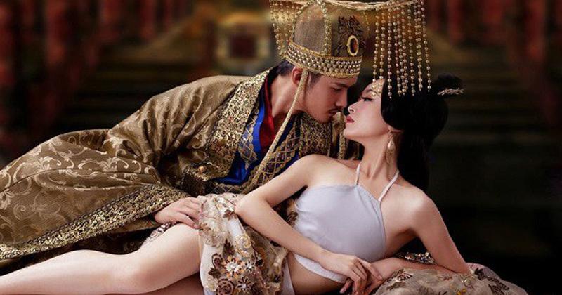 Nếu chàng đang nguội lạnh 'yêu đương' hãy đọc cho chàng nghe tuyệt chiêu của những 'bậc thầy' Đế vương này