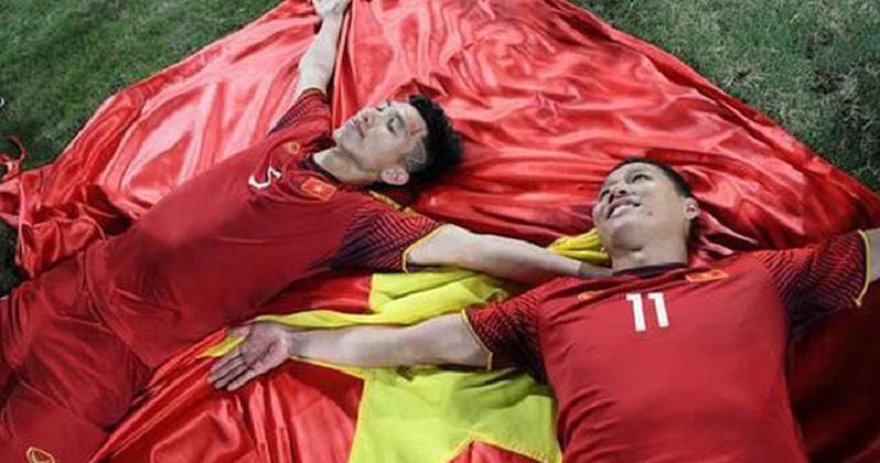 Văn Hậu khoe loạt ảnh sau chung kết, dân mạng vào 'soi' tấm hình 'sống ảo' trên lá cờ Tổ quốc