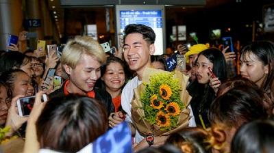 K-ICM và Jack choáng trước hàng trăm fan chào đón 'rần rần' tại sân bay lúc nửa đêm trong ngày trở về từ Hàn Quốc
