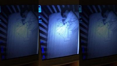 Mở camera xem con ngủ, người mẹ sợ khiếp vía khi nhìn thấy 'em bé ma' nằm bên cạnh đứa trẻ nhưng sự thật khác hẳn mọi người nghĩ