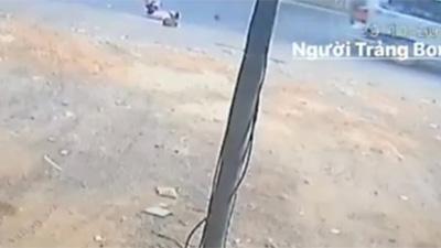 Xác minh clip xe đưa đón ở Đồng Nai lại làm văng 2 học sinh văng xuống đường?